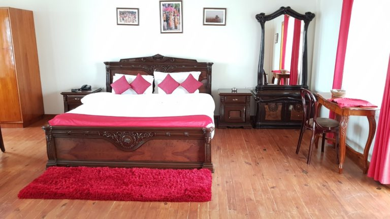 woodland hill stay king room with MV12